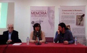 La concejala Virginia Forero, entre el conferenciante, Fernando Sígler, y el coordinador del Aula, Santiago Moreno.