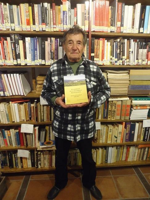 Merino Castillo, con el libro Cuadernos de la Guerrilla Antifascista, en la Biblioteca de la Casa de la Memoria.