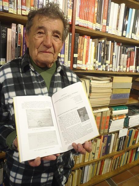 José Merino Castillo, hijo de José Merino Gómez, El Alcaudón, con el libro en el que se habla de su padre, en la Biblioteca de la Casa de la Memoria.