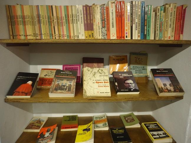 Selección de libros de Jesús Ynfante, en la Biblioteca de la Casa de la Memoria La Sauceda.