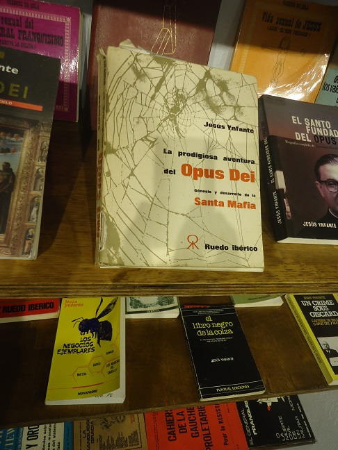 El libro La prodigiosa aventura del Opus Dei. Génesis y desarrollo de la Santa Mafia, de Jesús Ynfante, en la Biblioteca de la Casa de la Memoria.