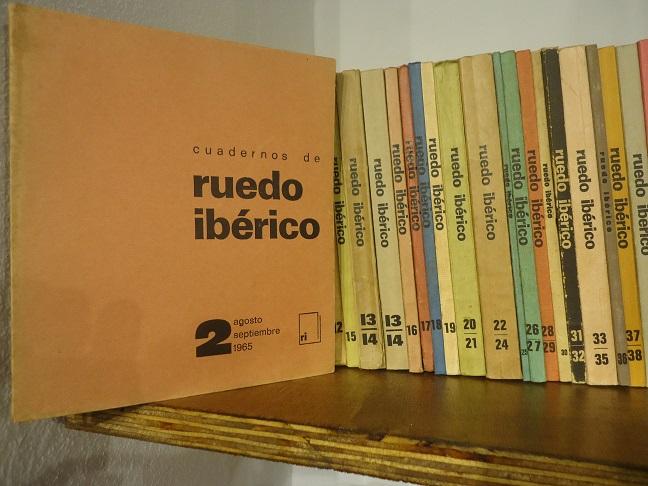 Colección de Cuadernos de Ruedo Ibérico, del legado de Jesús Ynfante, en la Biblioteca de la Casa de la Memoria.