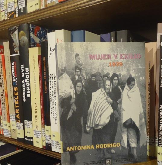 El libro Mujer y exilio, en la Biblioteca de la Casa de la Memoria.