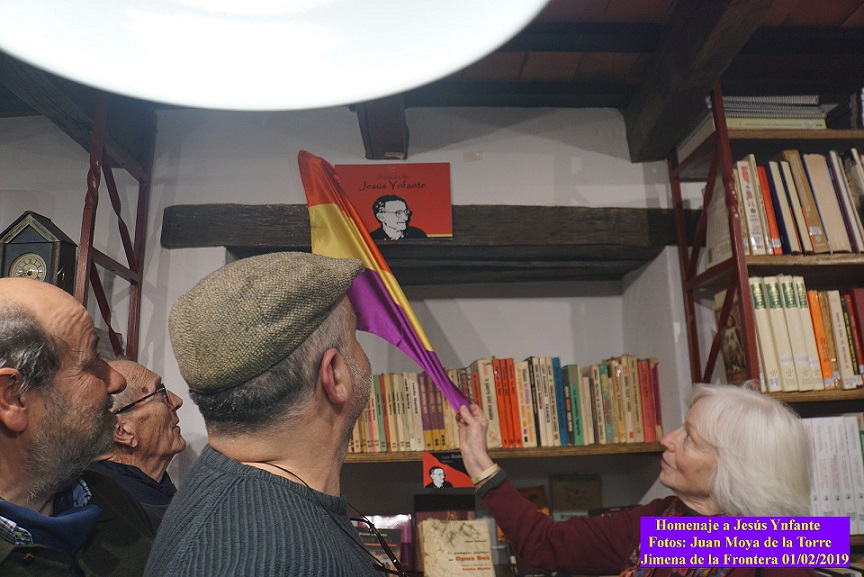 Pillar Infante descubre el rótulo del Rincón de Jesús Ynfante en la Biblioteca de la Casa de la Memoria.