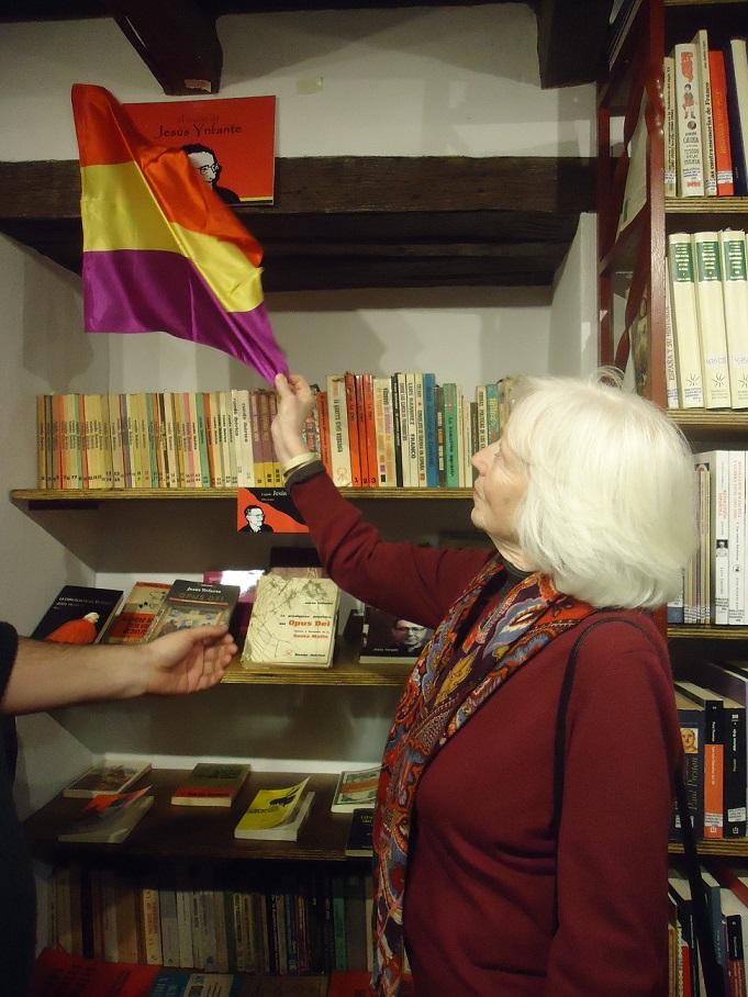Pilar Infante descubre el rótulo del Rincón de Jesús Ynfante en la Biblioteca de la Casa de la Memoria.