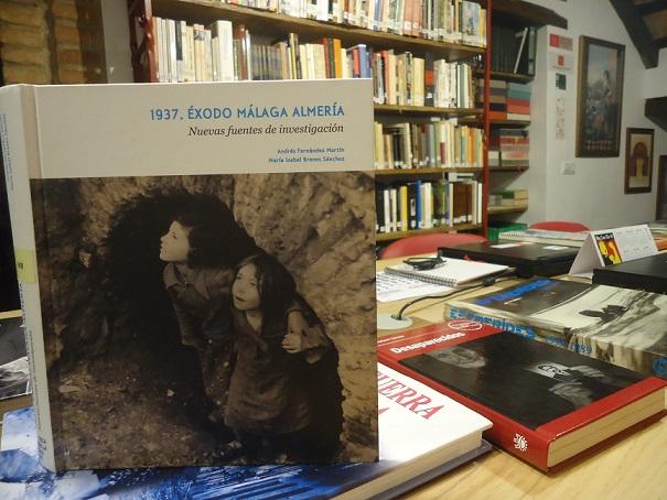 El libro sobre el éxodo de la carretera de Málaga a Almería, en la Biblioteca de la Casa de la Memoria.