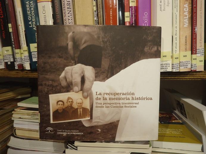 El libro La recuperación de la memoria histórica, en la Biblioteca de la Casa de la Memoria.