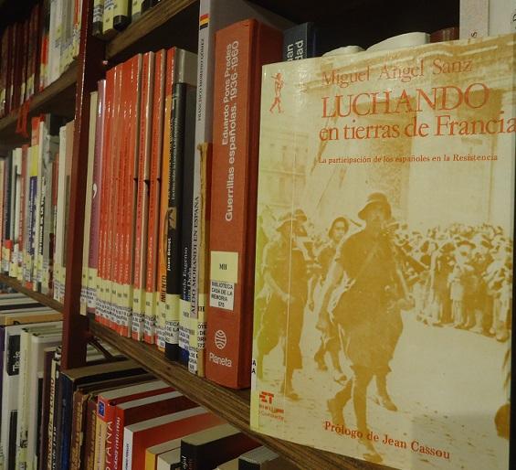 El libro Luchando en tierras de Francia, en la Biblioteca de la Casa de la Memoria.