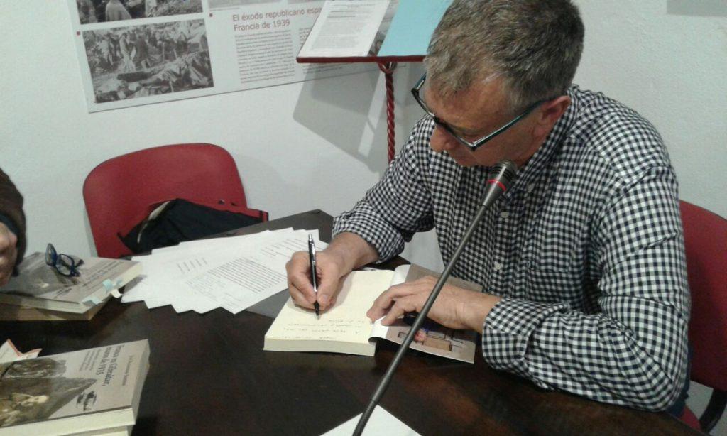 José Beneroso firma ejemplares de su libro.