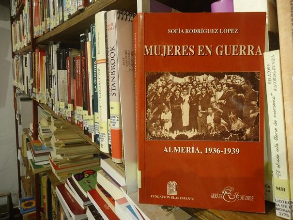 El libro Mujeres en Guerra, en la Biblioteca de la Casa de la Memoria.