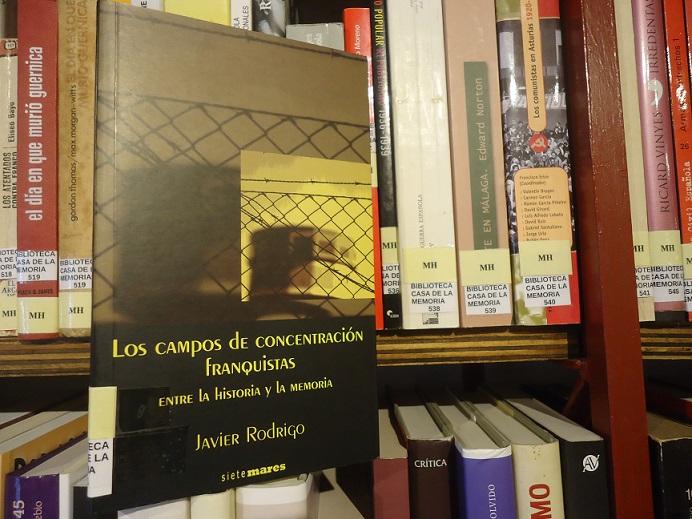 El libro sobre los campos de concentración, de Javier Rodrigo, en la Biblioteca de la Casa de la Memoria.