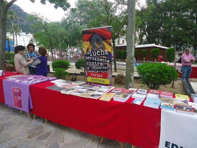 El stand con los libros de memoria histórica de la Casa de la Memoria en la Feria del Libro de Ubrique.