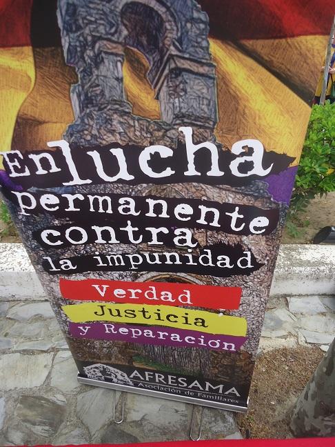 La lona desplegable de la Asociación de Familiares de Represaliados por el Franquismo de la Sauceda y el Marrufo, en la Feria del Libro de Ubrique el 4 de mayo de 2019.