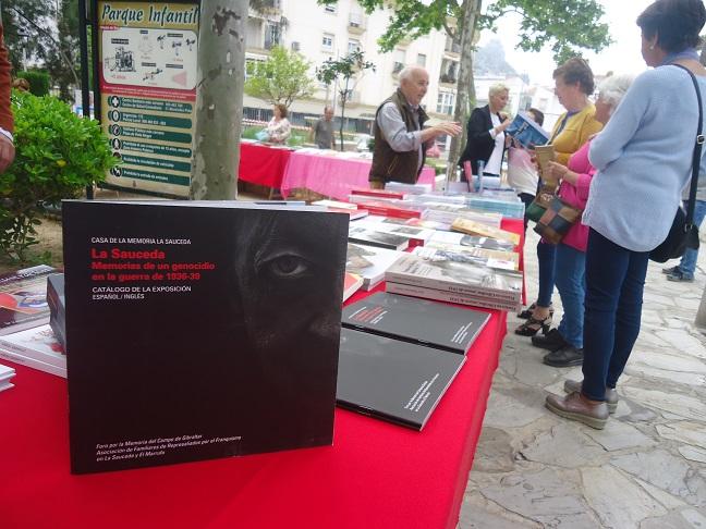 El catálogo de memoria histórica de La Sauceda, en la Feria del Libro de Ubrique el 4 de mayo de 2019.