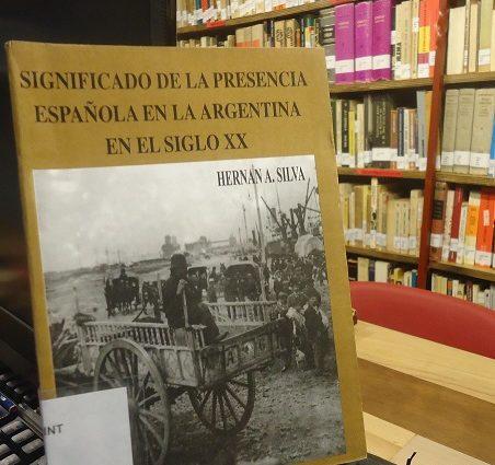 El libro de Hernán A. Silva, en la Biblioteca de la Casa de la Memoria.