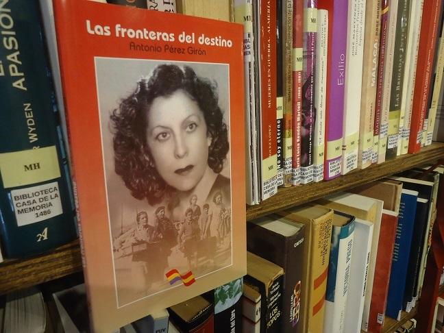 El libro Las fronteras del destino, en la Biblioteca de la Casa de la Memoria.