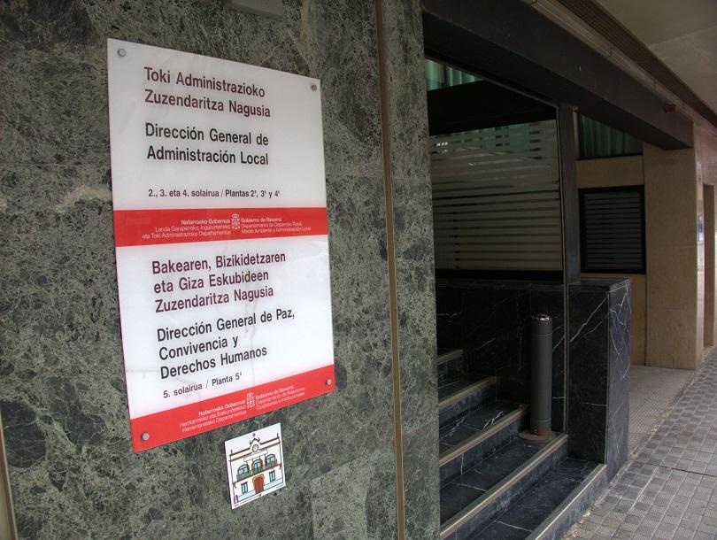 Rótulo de entrada al organismo que alberga el Instituto Navarro de la Memoria.
