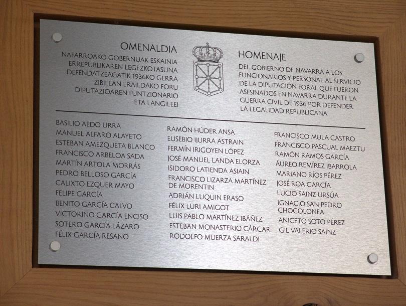Placa en memoria de los funcionarios de la Diputaciòn represaliados por el franquismo, en la fachada del edifico del Gobierno de Navarra.