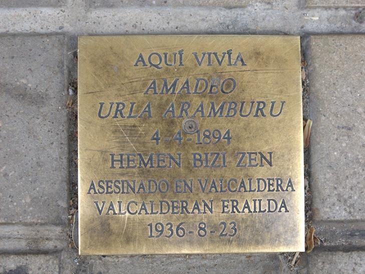 Placa en recuerdo de un represaliado, colocada en el suelo de una calle de Pamplona.