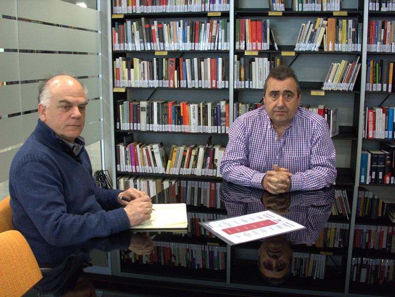 César Layana, jefe de la sección de Memoria en el Instituto Navarro de la Memoria, y Fernando Sígler, representante de la Casa de la Memoria, en la reunión celebrada en Pamplona el 5 de abril de 2019.