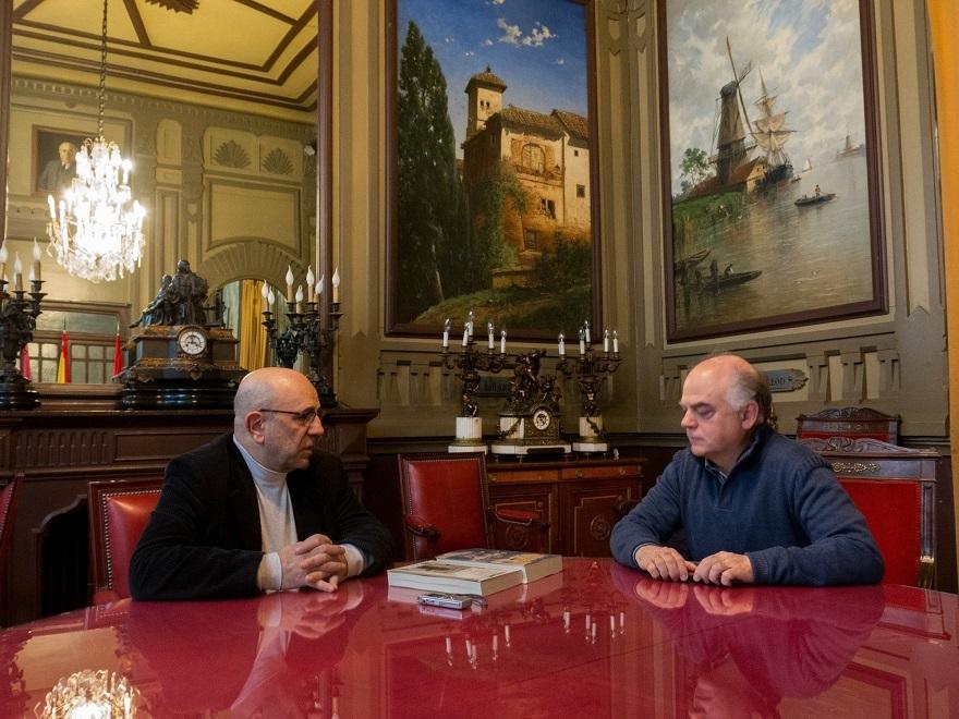 José María Nogales, socio bibliotecario del Ateneo de Madrid, y Fernando Sígler, en representación de la Casa de la Memoria, en el Despacho de Azaña de la Docta Casa, en Madrid, el 6 de abril de 2019.