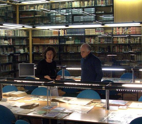 Susana Araiz, responsable de la biblioteca de Koldo Mitxelena, y Fernando Sígler, de la Casa de la Memoria, durante la reunión en la institución de Donostia.