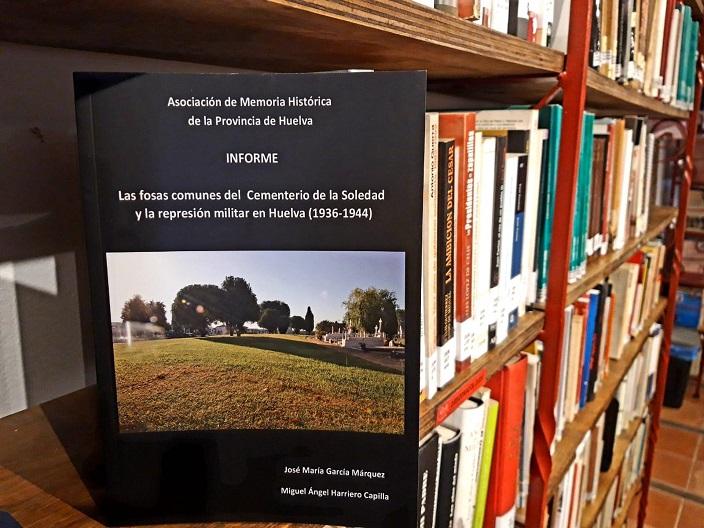 El ejemplar, en la estantería de la Biblioteca de la Casa de la Memoria.