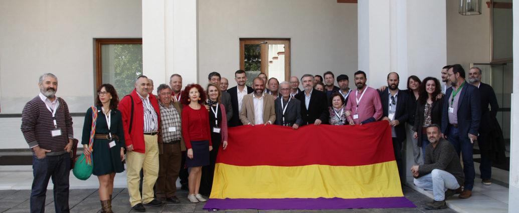 Parlamentarios y representantes de asociaciones meorialistas.