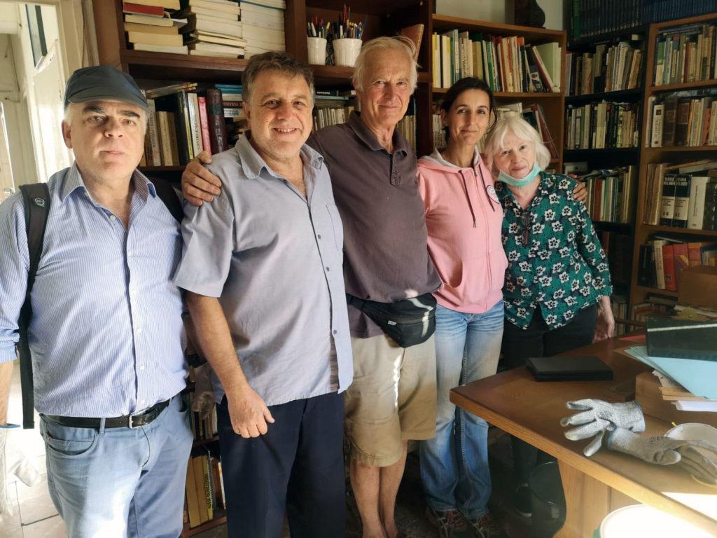 Pilar Infante, con su marido, John, y voluntarios de la Casa de la Memoria.