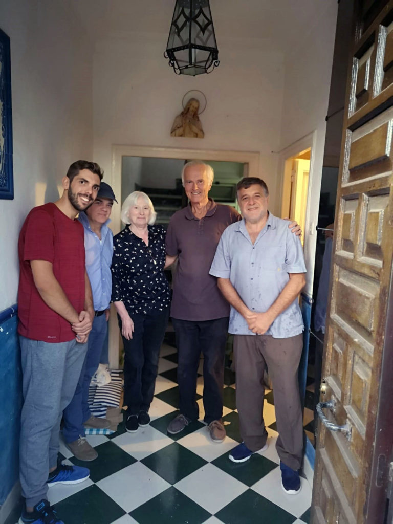 Pilar Infante, su marido, John, y voluntarios de la Casa de
