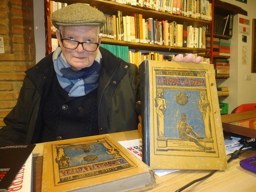 José Netto dona la enciclopedia de Eliseo Reclus a la Biblioteca de la Casa de la Memoria