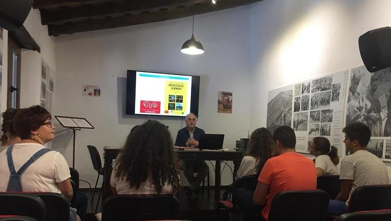 El historiador y archivero Fernando Sígler imparte el taller de archivística.