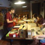 El profesor Fran Hidalgo, con los alumnos del taller de archivística.