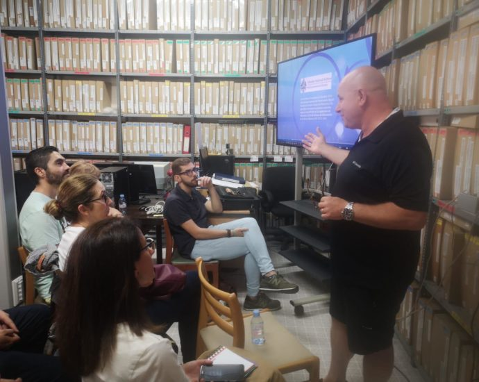 Anthony Pitluga dirige el taller.