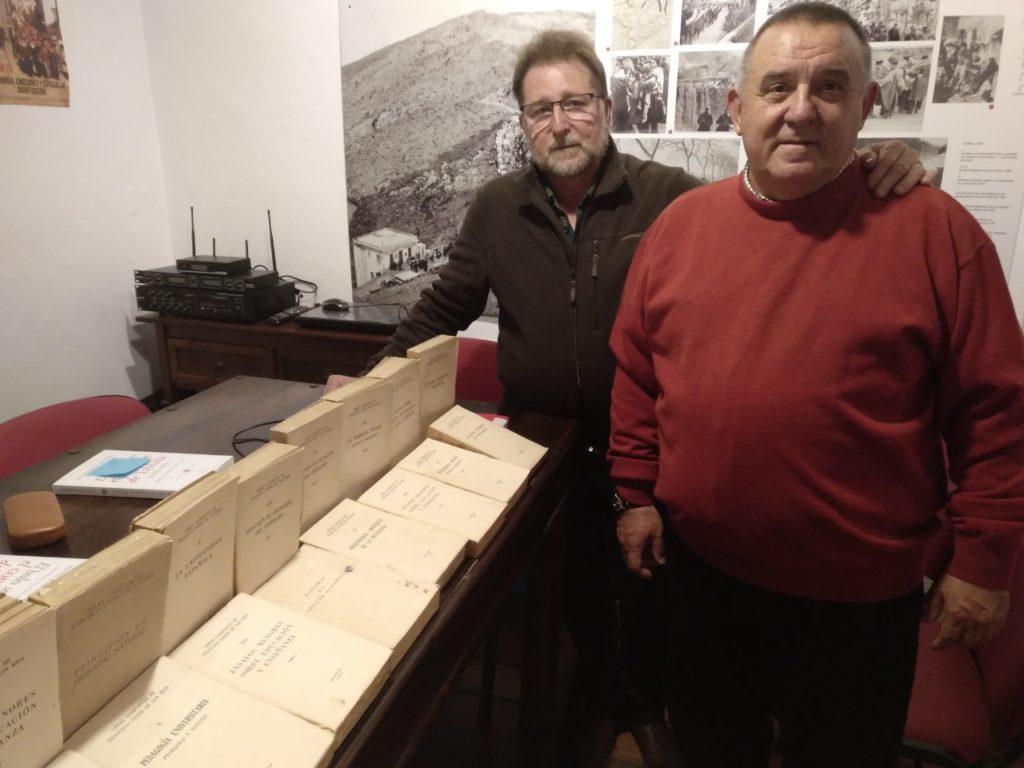 El investigador Benito Trujillano, con el presidente del Foro por la Memoria del Campo de Gibraltar, Andrés Rebolledo, junto a los libros donados.