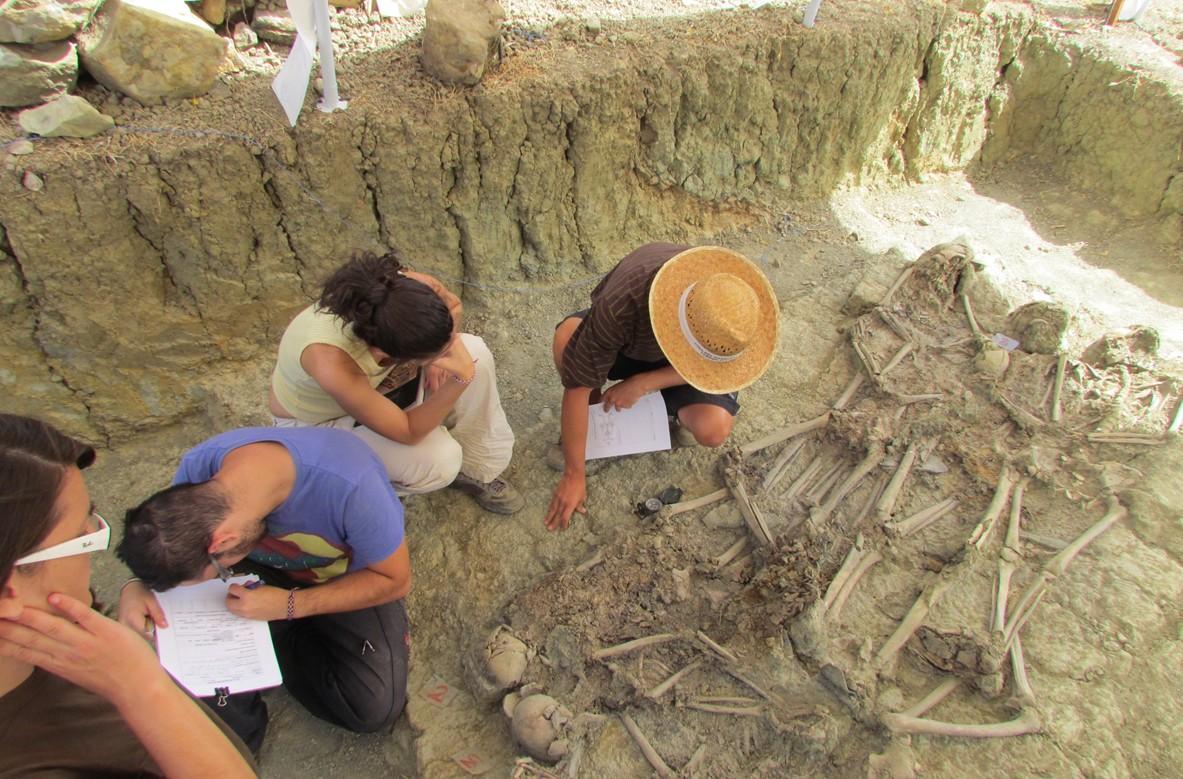 La exhumación de las víctimas, una importante tarea dirigida por arqueólogos y antropólogos.