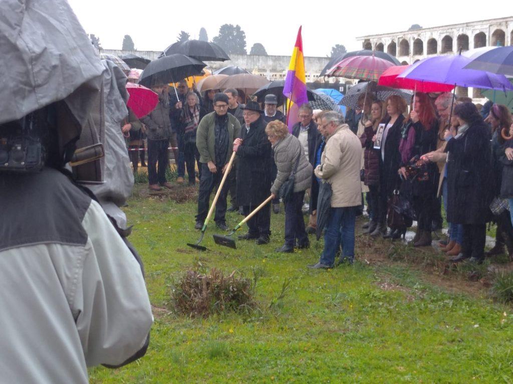 Ceremonia simbólica del inicio de la exhumación de la fosa común de Pico Reja, en el cementerio San Fernando de Sevilla.