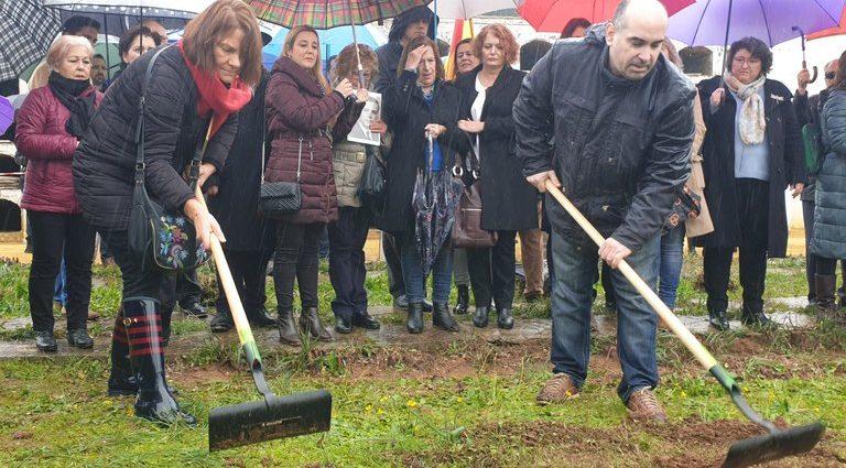 Familiares de las víctimas, en el acto simbólico de inicio de la exhumación.