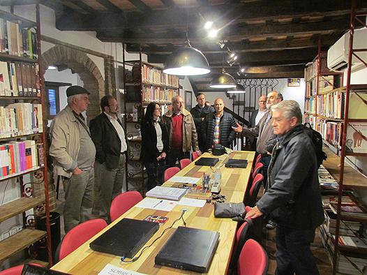 La delegación de visitantes de Gibraltar, en la biblioteca de la Casa de la Memoria.