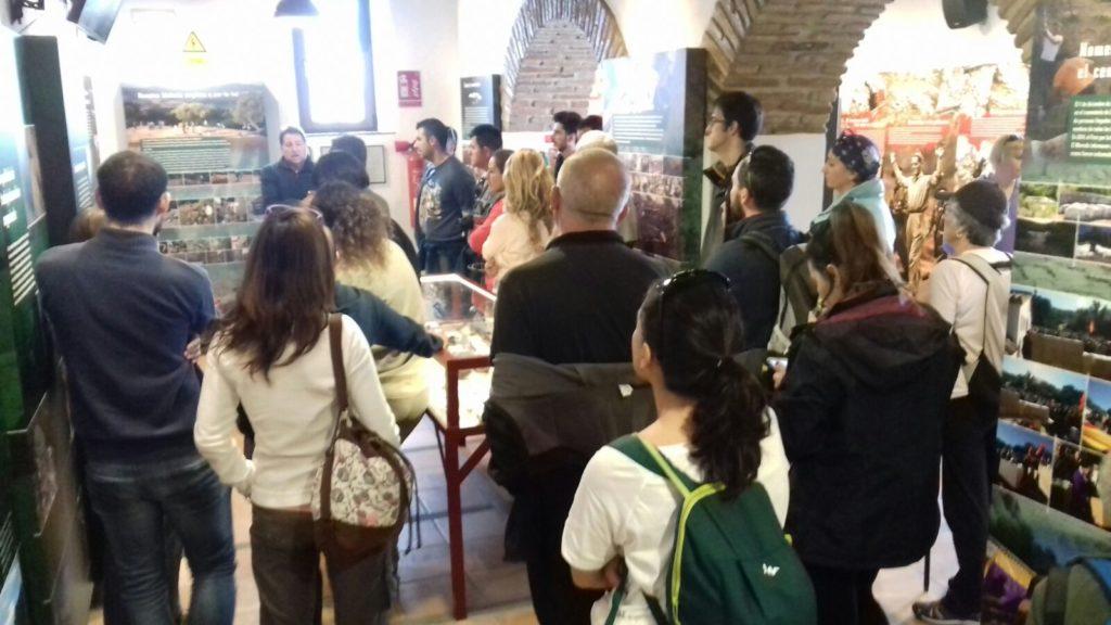 Visita guiada de senderistas a la Casa de la Memoria