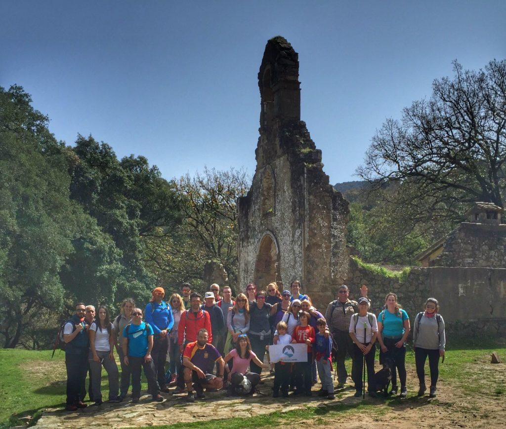 Participantes en la visita guiada, en la Sauceda.