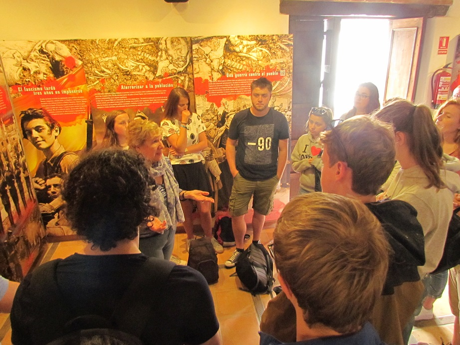 Debbie Eade explica los contenidos de la exposición permanente de la Casa de la Memoria a los estudiantes belgas.