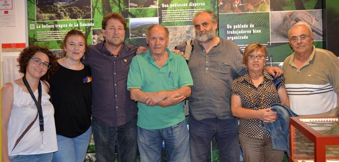 Las autoras del documental, con representantes del Foro por la Memoria del Campo de Gibraltar.