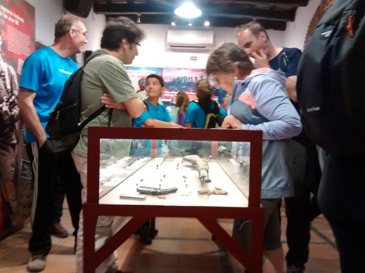 Senderistas, en la exposición permanente de la Casa de la Memoria.
