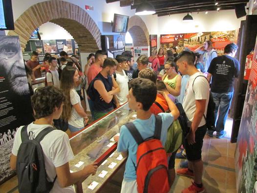 Los estudiantes, en la exposición permanente de la Casa de la Memoria.