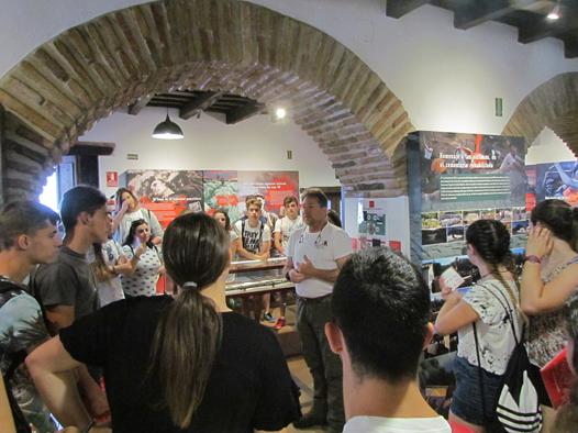 El presidente del Foro, Andrés Rebolledo, explica a los estudiantes las características de la Casa de la Memoria.
