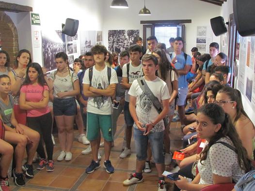 Los estudiantes, en la sala de la exposición sobre el exilio.