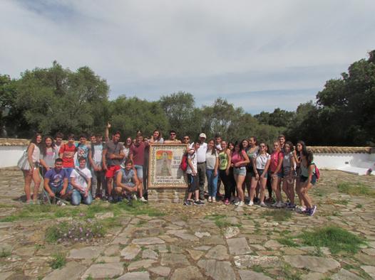 Los estudiantes, en el cementerio rehabilitado de la Sauceda.
