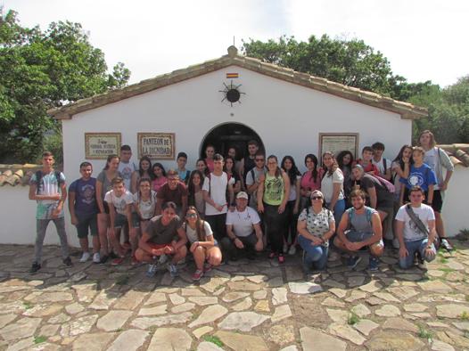 Los participantes en la visita guiada, ante el panteón de la dignidad del cementerio rehabilitado de la Sauceda.