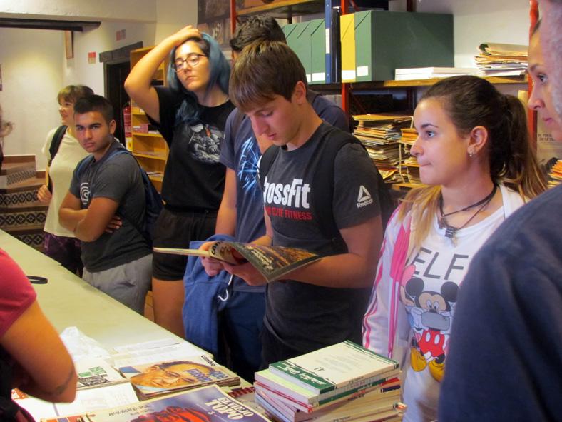 Los estudiantes alemanes, en la biblioteca de la Casa de la Memoria.